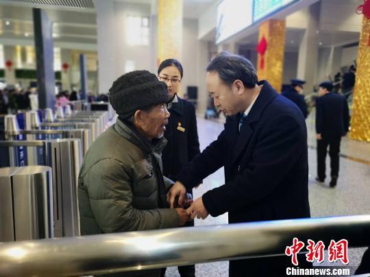 车站职工帮老人回家 刘珂妤 摄