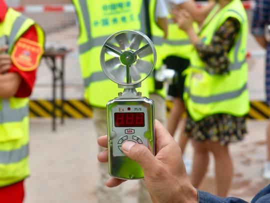 在隧道内,工作人员使用的测风速仪器。