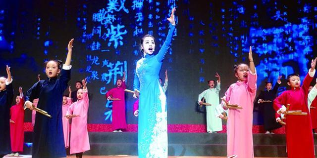 舞台上的隆盛小学师生