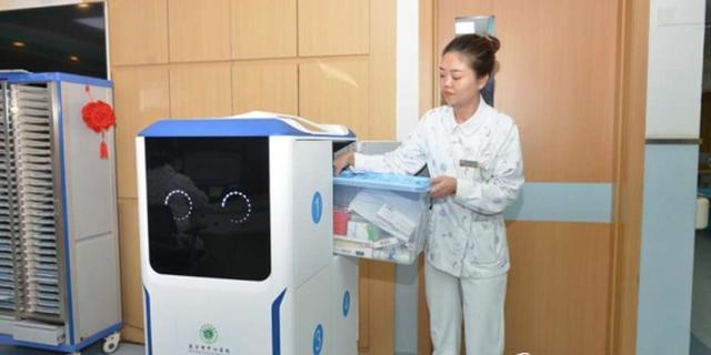 医疗行业首台智能机器人投入使用