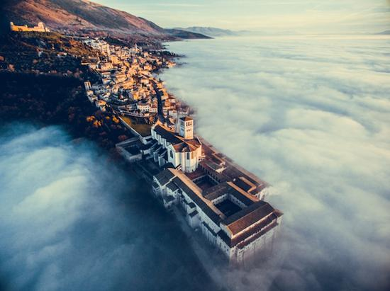 云端的阿西西(意大利城市)   摄影师:Francesco Cattuto