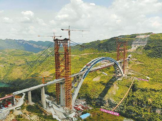 7月30日拍摄的成贵高铁贵州鸭池河特大桥现场。 韩贤普摄