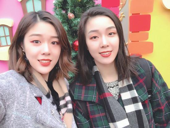 姐妹俩合影,左为廖悦辰、右为邹佳辰。