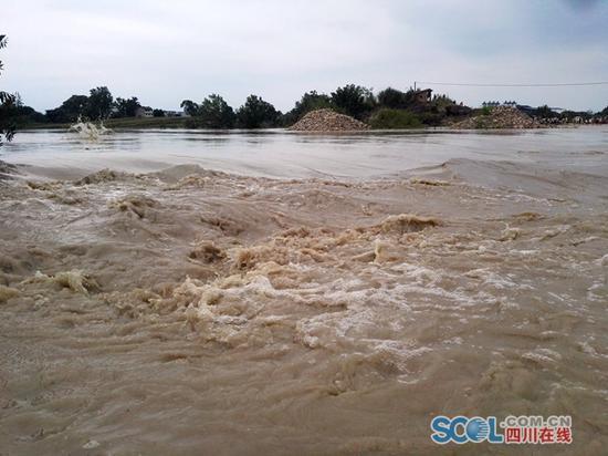 7日中午13点30分,涪江遂宁经开区河段,水势已渐凶猛。袁敏/图
