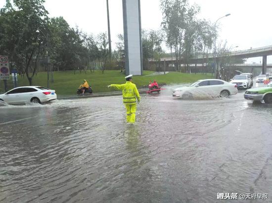 交警雨中指挥、帮助遇阻车辆