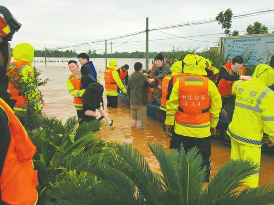 11日,中江县南华镇苏坝村,消防、公安等各方救援力量不断用橡皮艇救出受困群众。
