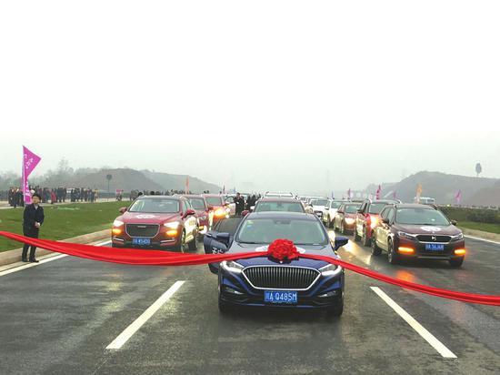 40台车首跑世界最长城市中轴线。
