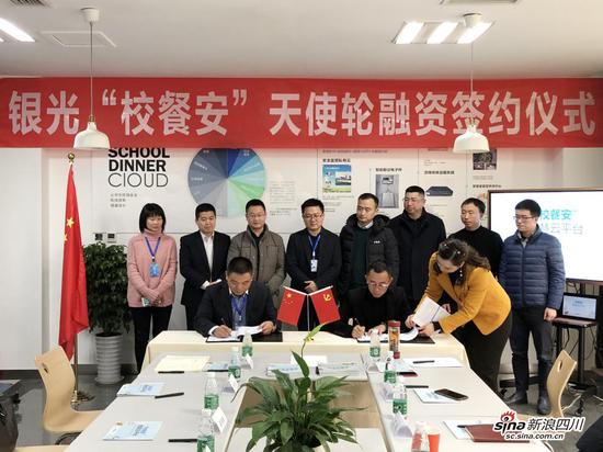▲疯头会联合创始人杨波与银光软件董事长袁诚进行融资签约
