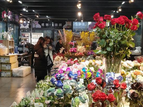 市民选购进口鲜花。
