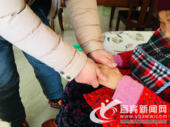 刘佳云帮助岳母按摩疏通。(宜宾新闻网 潘一豪摄)