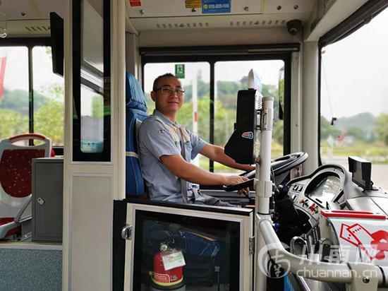 公交司机拾金不昧 大学生新学期生活费失而复得