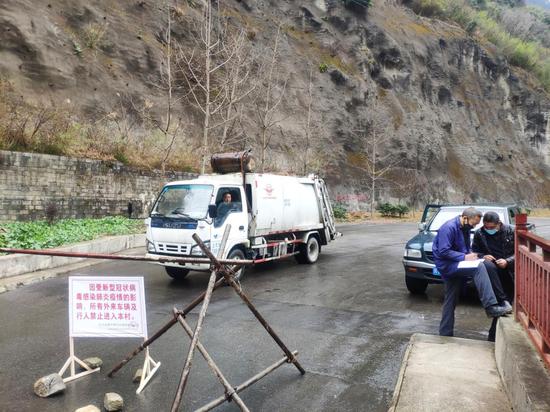 马万华在检测点进行人员车辆排查登记