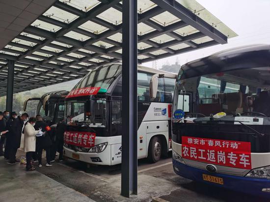 """芦山县:首班""""春风行动""""跨省专车送40名农民工""""跨省上班"""""""