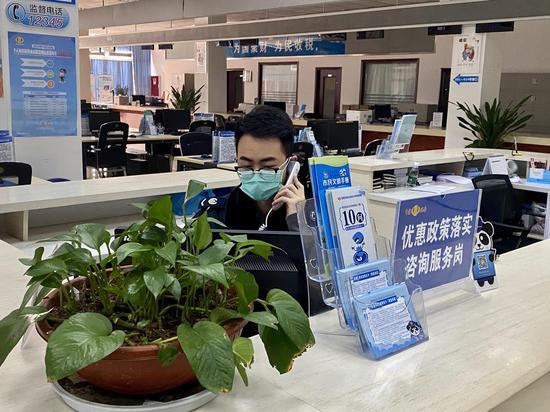 郭邦贤通过电话向企业宣传最新税收政策,同时收集企业办税需求