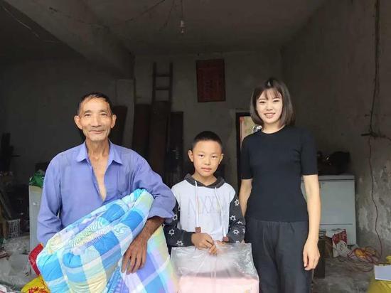 裴成霞慰问贫困群众