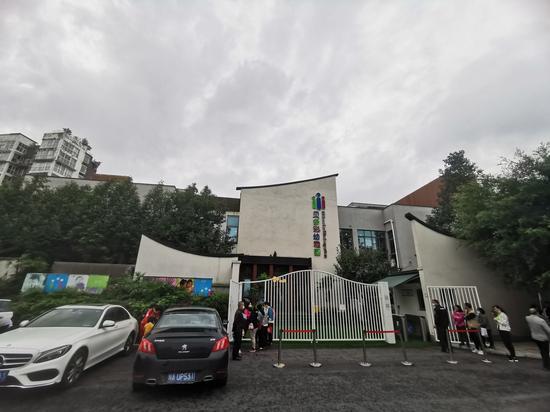 9月15日,记者在该幼稚园门口看到,其他班级儿童并未受到影响,正常放学。