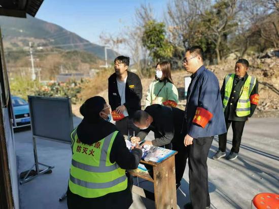 """德昌县统计局党支部开展""""巡山护林""""主题党日活动"""