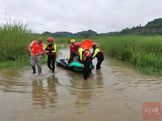 南充蓬安:暴雨袭城 6人被困江心消防紧急救援