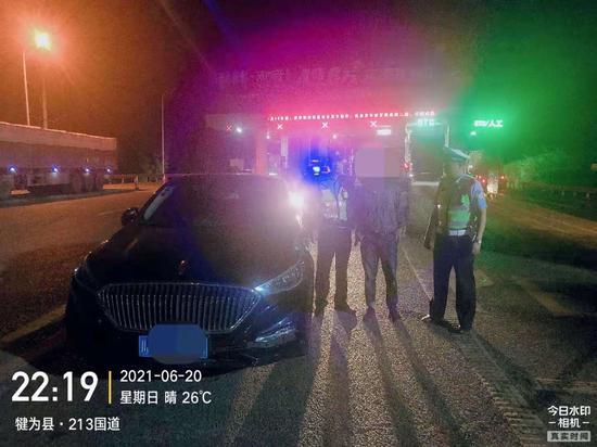 怜惜爱妻刚领取驾驶证 丈夫酒后侥幸驾车被查处