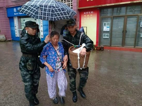 武警官兵紧急驰援泸县地震一线展开救援