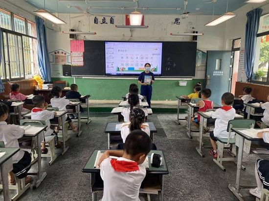 遂宁河东消防救援大队为永盛小学发放220本消防教材