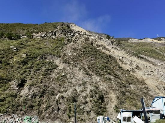 西尔隧道上方高位垮塌后的山体