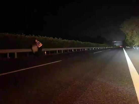 价值上万元包裹掉高速路 四川民警半夜巡路打电筒找回