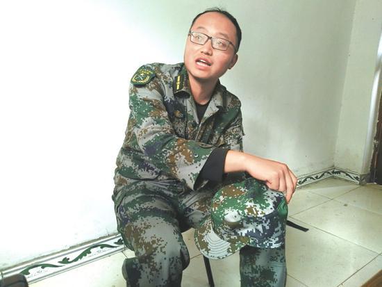 4月2日,木里县雅砻江镇副镇长王鑫讲述参与灭火经过。