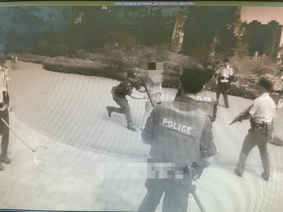 女子挥刀自残 关键时刻警察夺刀救人