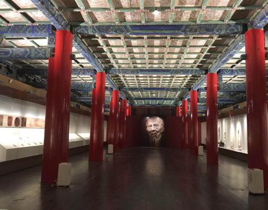 故宫展览现场的巨型齐白石篆印模型