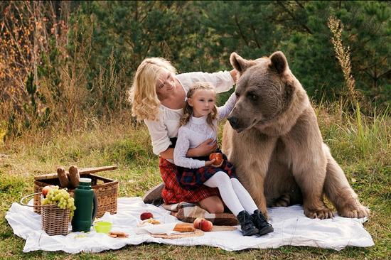 名模萌娃与熊野餐 上演现实版美女与野兽