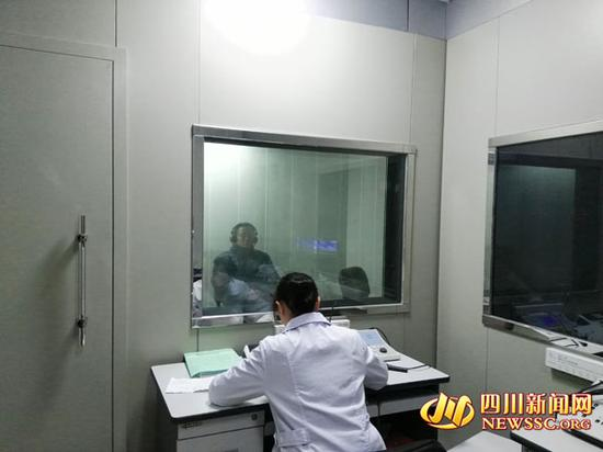 在成都中医药大学附属医院,突发性耳聋患者正在接受听力测试。