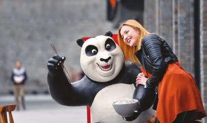 """26日,琳娜在成都太古里与她的最爱""""大熊猫""""合影。"""