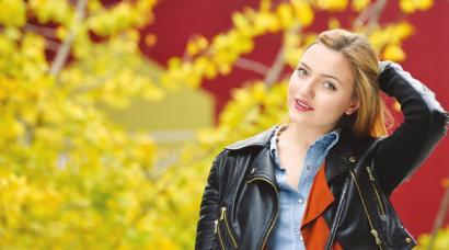 成都的银杏搭配乌克兰美女,真是美到极致。