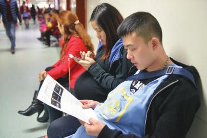 王文龙拿着三胞胎的检测报告。