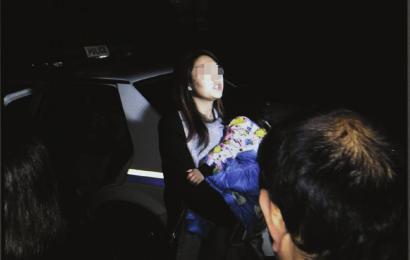 29日凌晨,警察终于将孩子交还到母亲手里。