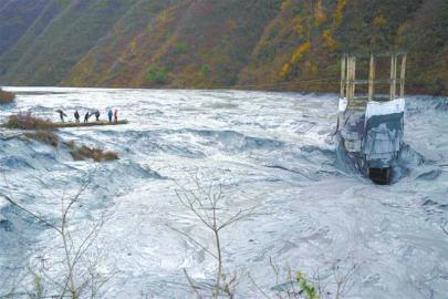 抢险施工人员搭建浮桥,准备靠近溢流井破损口处进行实体查验。图据新华社