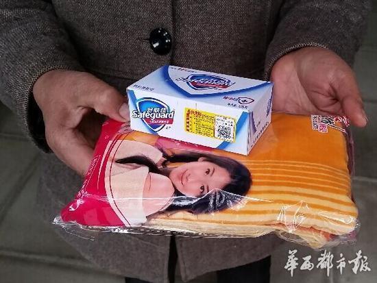 2015年12月3日,天府新区新兴镇,小桥村60岁的老人领取了一盒香皂和毛巾,还组织大家吃了一顿坝坝宴。