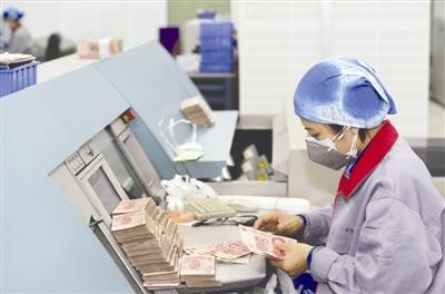 工作人员将不宜流通的残损钞票清分出来