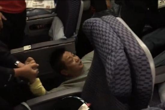 男子飞机上大闹被拒载 疑为西南财大教授
