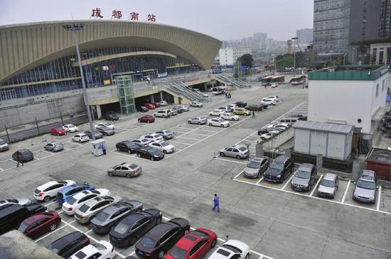 成 都市火车南站停车场,日前被划出停车线开始收费。