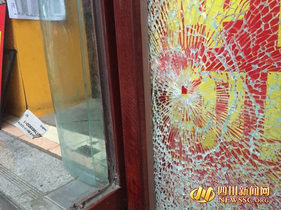 """玻璃门上留下""""弹孔""""状破坏痕迹"""
