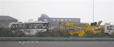 追尾大巴车被拖离事故现场