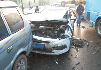 多车严重受损。