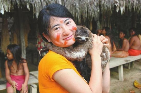 邓深很喜欢小动物,这是她在旅行中和树懒的合影。