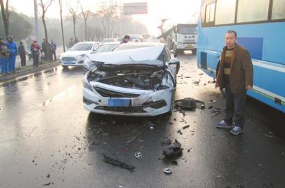 2月17日早上7时许,成都成龙大道红砂村路口,一辆大巴车撞上前方正在减速等待红灯的面包车,导致11车连环追尾。