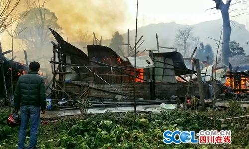骆家被烧毁的房屋 郭林 摄