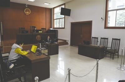 被告张先生离开后,庭审继续进行 成都商报记者 王勤 摄