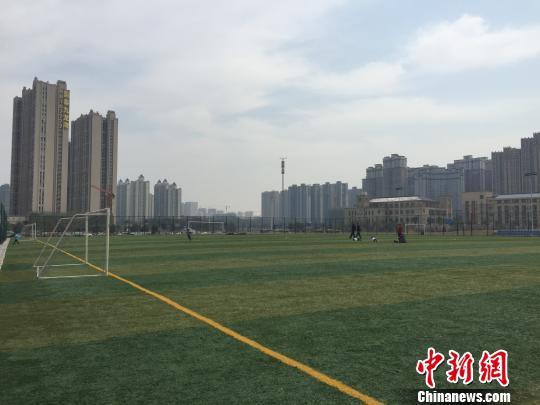 曾经的闲置用地,被建成一个标准的足球场