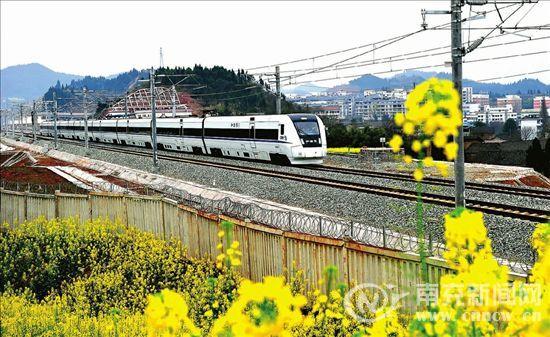 昨日,兰渝铁路首跑动车 记者 陈村铭 摄